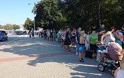 Extrémně teplý den mnozí Brňané trávili u vody. U vchodu k brněnské Riviéře stáli lidé dlouhé fronty.