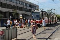 Před budovu České pošty se v pondělí opět přesunula náhradní tramvajová zastávka, tentokrát kvůli opravě nástupiště nejblíže brněnskému hlavnímu vlakovému nádraží.