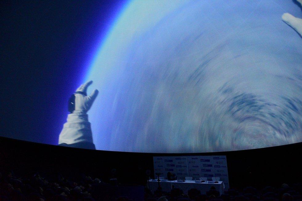Závěrečná projekce na kupoli na hvězdárně.