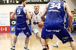 Brněnští basketbalisté (v bílémú porazili Ostravu 93:87.