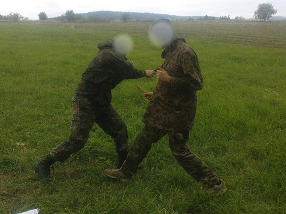 Neofašisté v lese cvičili boj nožem