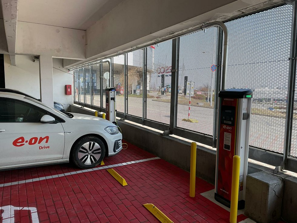 Nové dobíjecí stanice na elektromobily E.On spustil v obchodním centru Futurum.