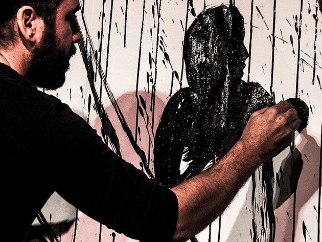 Akční malba malíře Patricia Hidalga.