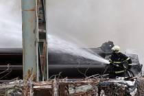 Požár vrakoviště v Horních Heršpicích.