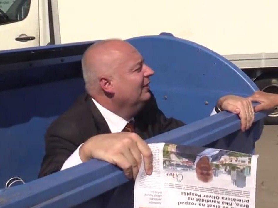 Opoziční zastupitel za sociální demokracii Oliver Pospíšil leze v předvolebním klipu z kontejneru.