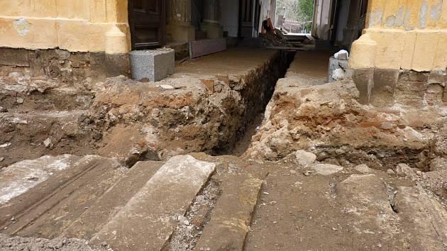 Strážnický zámek čekají opravy. Práce na nich už odstartovaly a radost z nich mají především archeologové. Ti objevili středověký dřevěný trám či více než sto dvacet let starou kamennou dlažbu.