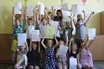 Prvňáčci převzali svá vysvědčení. V základní škole Slovácká v Břeclavi děti dostali v pátek od paní učitelky vysvědčení a vyrazili vstříc letním prázdninám. Nejvíce se těší na koupaliště, akvaparky a moře.