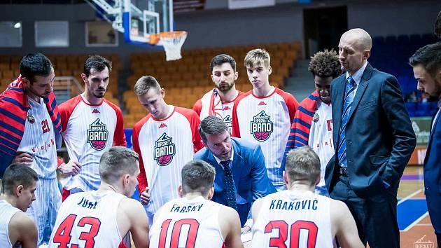 Brněnští basketbalisté (v bílém) si před zápasy proti Nymburku poradili s Hradcem Králové. Foto: Basket Brno