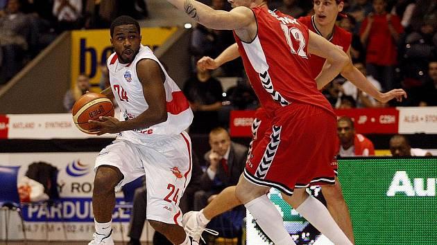 Basketbalové utkání Mattoni NBL mezi BK Synthesia a Basketball Brno.