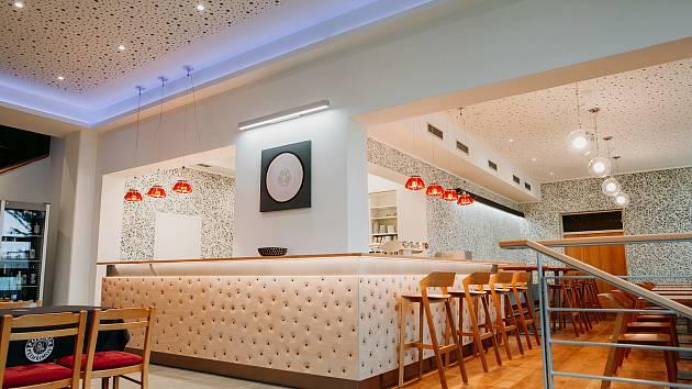 Nově opravená restaurace uvnitř Dělnického domu v brněnských Židenicích.