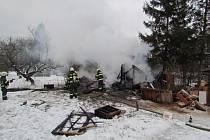 Při požáru chatky v Horních Heršpicích se popálil její majitel.