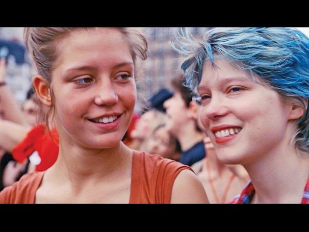 """OSUDOVÁ LÁSKA. Francouzský film Život Adele mapuje pětiletý vztah mezi dospívající """"slušňačkou"""" Adèle a starší, modrovlasou studentkou umění Emmou."""