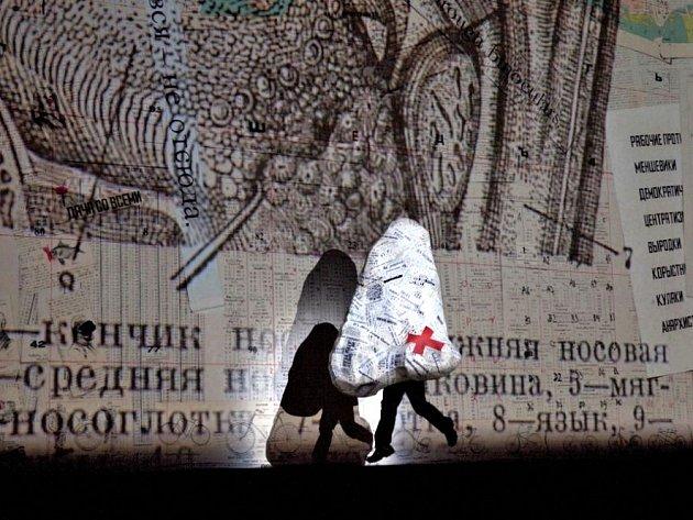 Záběr z prvního dějství Šostakovičovy opery Nos.