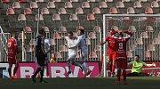 Brněnští fotbalisté (v červeném) ve dvacátém kole nejvyšší soutěže doma prohráli s Mladou Boleslaví jednoznačně 0:3