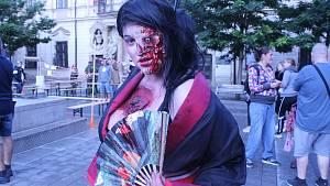 Brnem se prošly desítky děsivých zombie.