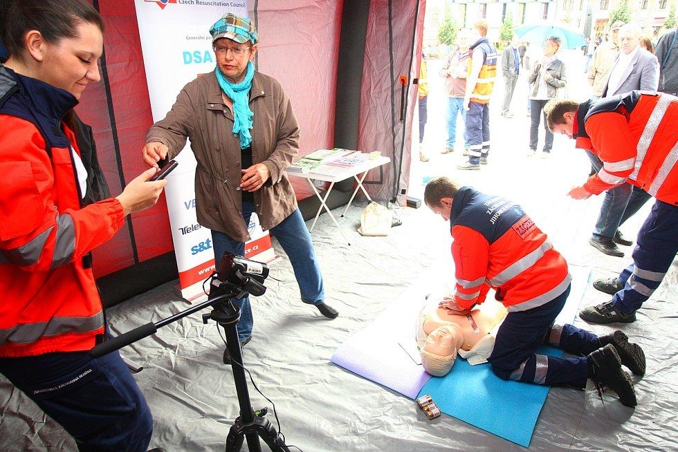 Defibrilátor může při zástavě srdce zachránit lidský život.