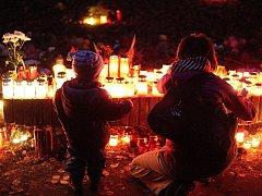 Uctít Památku zesnulých se v sobotu vydaly na brněnský Ústřední hřbitov stovky lidí.