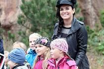 Do brněnské zoologické zahrady vyrazily desítky lidí. Podepsala se jim tam zpěvačka Ewa Farna.