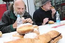 Soutěž v pojídání maxikoblih a sendvičů v Avion Shopping Parku.