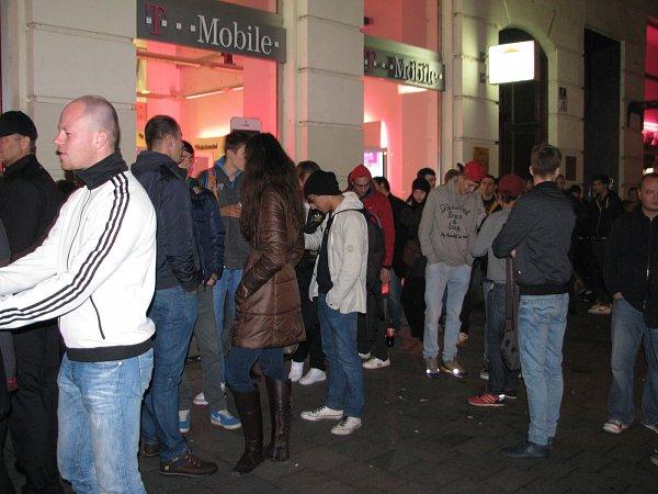 Lidé stáli ve frontě na nový model telefonu iPhone.