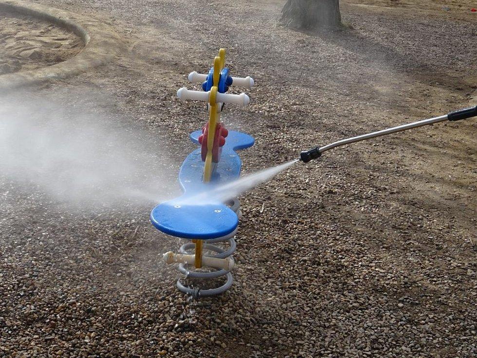 Veřejná zeleň města Brna dezinfikuje horkou párou herní prvky dvakrát do týdne.
