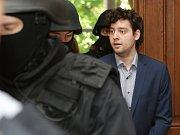 Maskovaná eskorta přivádí obžalovaného Kevina Dahlgrena ve středu do soudní síně brněnského krajského soudu.