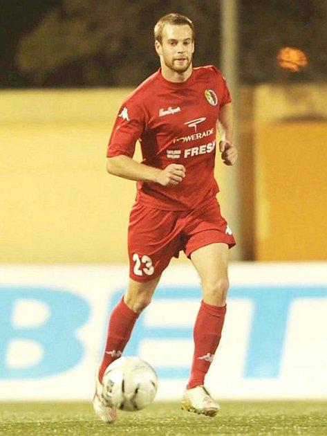Brněnský odchovanec Martin Hrubša (s číslem 23) zakouší fotbalový chlebíček v nejvyšší maltské soutěži.