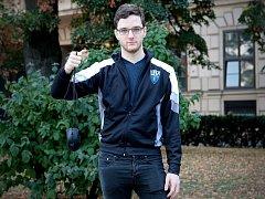 Hráč počítačových her Aleš Kněžínek z brněnských Bohunic se zatím jako jediný Čech před třemi lety probojoval do LCS, první ligy v online hře League of Legends.