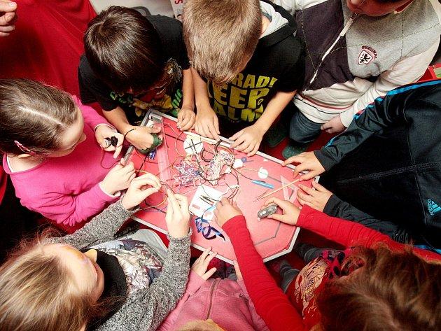 Zajímavosti o elektřině a fungování fyzikálních zákonů přiblížili v pátek dětem z brněnské základní školy Řehořova zaměstnanci společnosti E.ON ve speciálním Energy Trucku, který navštěvuje různé školy v České republice.