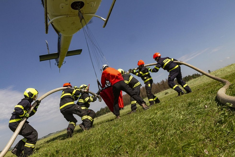 Vrtulník s vodním vakem.