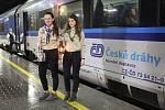 Skautky přivezly mezinárodním rychlíkem z Vídně betlémské světlo na brněnské dolní nádraží.