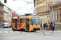Tramvaj číslo 2 vykolejila na křižovatce Václavské a Křížové.