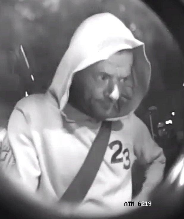 Téměř padesát tisíc korun neoprávněně vybral z bankomatu dosud neznámý pachatel. Policisté z brněnských Žabovřesk po něm pátrají od poloviny září.
