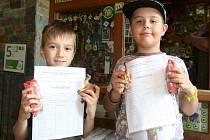 Brněnská zoo si pro školáky připravila už tradičně odměnu. Tentokrát jim za vysvědčení s vyznamenáním rozdává figurku velblouda a sladkou svačinu.