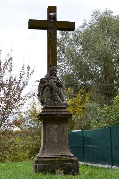 Barokní sousoší Piety s křížkem v Lužici z roku 1725. Restaurátoři mimo jiné očistili a zpevnili kámen. Památka před restaurátorskými pracemi.