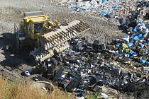 Necelých sto herních automatů nechali zlikvidovat bagrem v uplynulých dnech jihomoravští celníci. Jejich majitelé je nelegálně provozovali pod záštitou sportovního a vzdělávacího spolku.