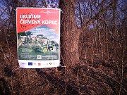 Organizátoři Ukliďme Česko už na Červeném kopci vylepili i plakáty.