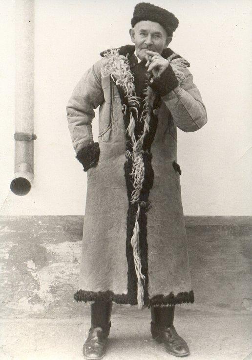 Zimní móda na vesnici. Starší pán v kožichu (50. až 60. léta 20. století).