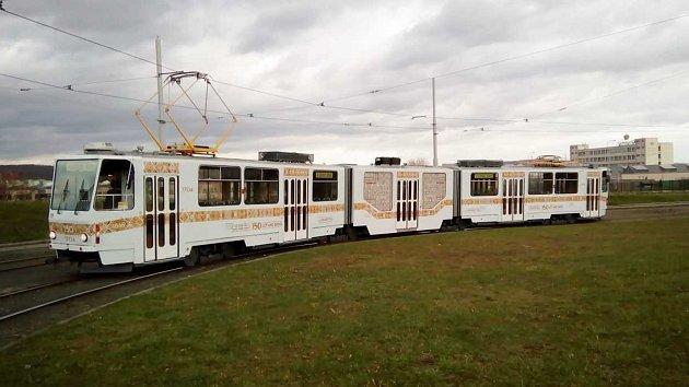 Po Brně jezdí zlatá tramvaj. Nejčastěji ji cestující potkají na trase linky číslo 8.