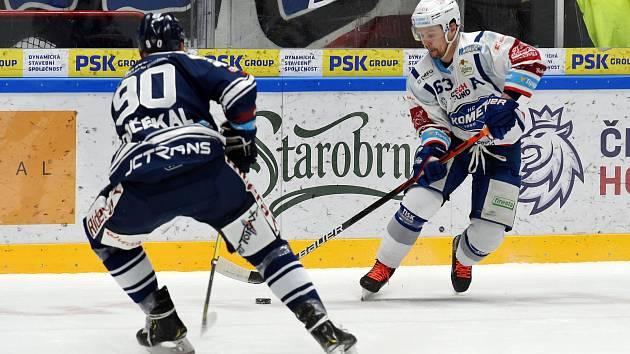 Domácí HC Kometa Brno (Ondřej Němec) v bílém proti HC Vítkovice Ridera (Martin Dočekal)