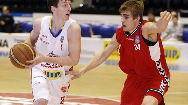 Basketbalista Filip Šmíd (vpravo).