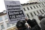 Demonstrace aktivistů proti vládním reformám.