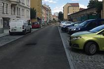 Obyvatelé brněnské Gorkého ulice si stěžují na podobu po opravě. Vadí jim obří chodník, parkování na kolmo a žádná zeleň.