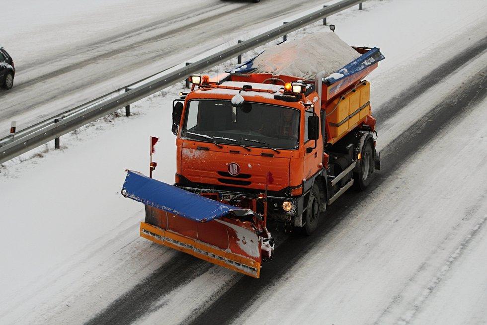 Silničáři bojují s přibývajícím sněhem.