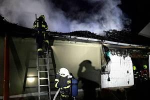 Požár střechy rodinného domu v Loděnici na Brněnsku.