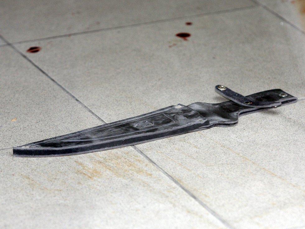 Při přepadení směnárny použili útočníci pistoli a mačetu.