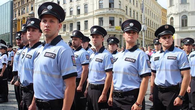 Na brněnském náměstí Svobody v pátek skládali služební slib policejní nováčci. Popřát štěstí jim přišel hejtman Bohumil Šimek i krajský policejní ředitel Leoš Tržil.
