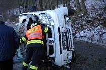 Na bok se převrátila dodávka, která bourala na silnici mezi Tetčicemi a Střelicemi na Brněnsku. Při nehodě se zranily dvě ženy. Jednu z nich museli z auta vyprostit hasiči.