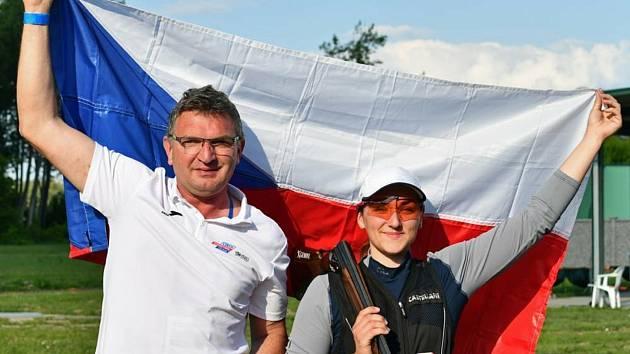 Střelkyně Zina Hrdličková (na snímku s otcem Petrem Hrdličkou) získala mezi juniorkami bronz na mistrovství Evropy.