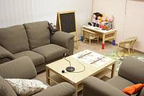 Na první pohled dětský pokoj, ve skutečnosti pracoviště kriminalistů. Dětskou výslechovou místnost mají na krajském ředitelství policie v Kounicově ulici. Domácí prostředí slouží k navázaní kontaktu s vyšetřovatelem a obětí nebo svědkem trestného činu.